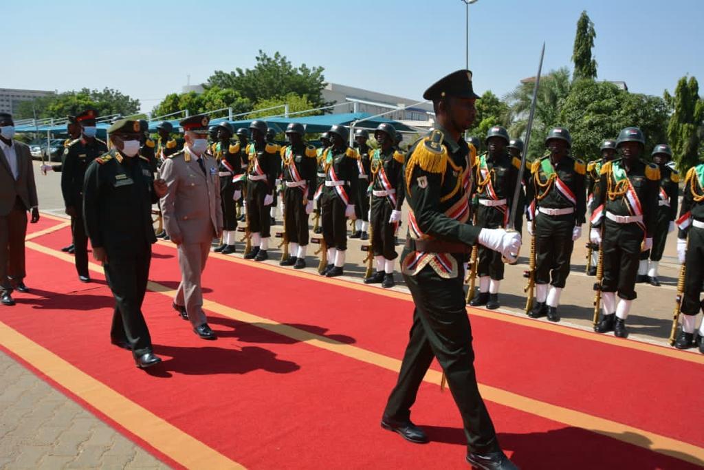 الفريق / محمد فريد رئيس أركان حرب القوات المسلحة المصرية  يغادر إلى السودان فى زيارة مفاجئة 12313910