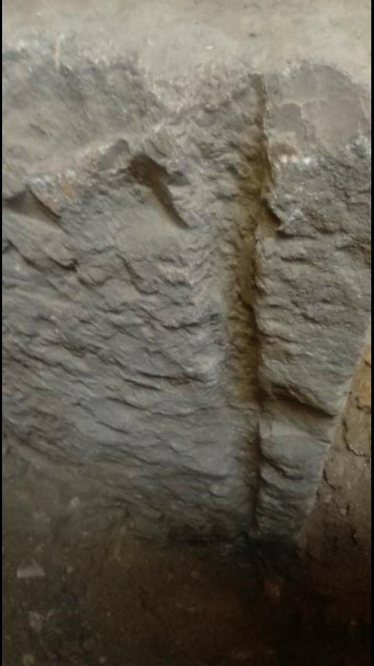 ارجو تحليل للسيال و الجرن المربع المرافق له على هذه الصخرة وجدتها على عمق ٣ أمتار  Screen10