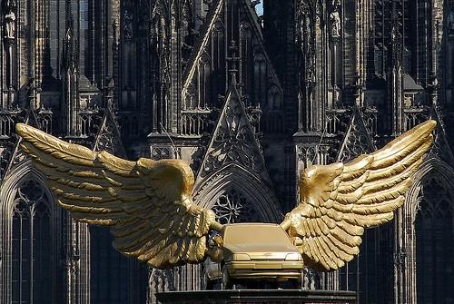 Voiture exotique sur un toit à Cologne, Rhénanie-du-Nord-Westphalie - Allemagne Golden11