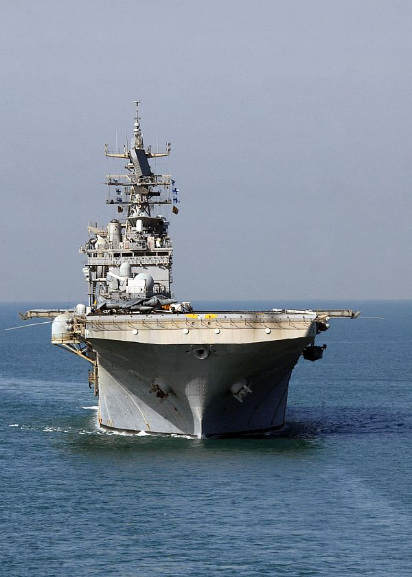 Amphibious assault ship (LHA - LHD - LPD) - Page 3 Web_0923