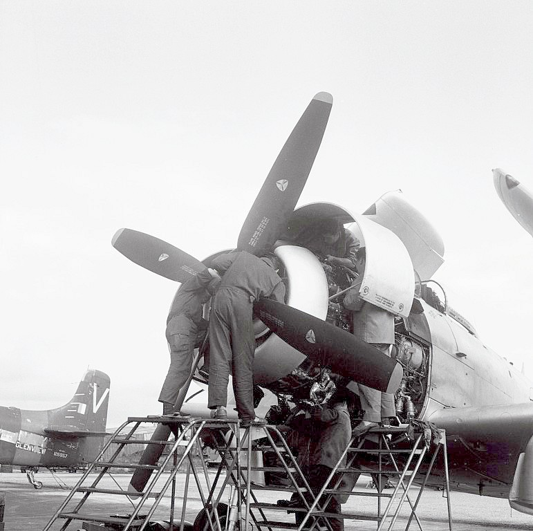 A D 4 SKYRAIDER 1_6_co12