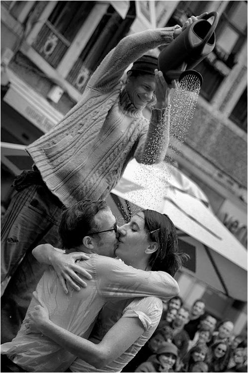 Juste un clown et un couple sous la pluie ou presque... Nem20118