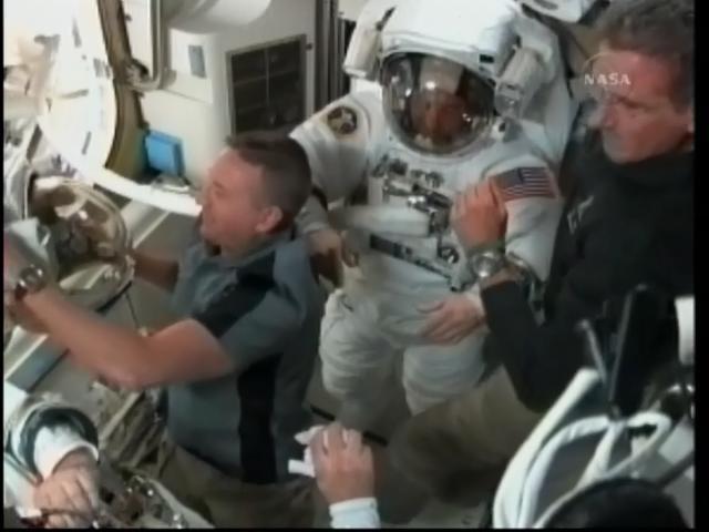 [STS-132] Atlantis : EVA 1, Reisman et Bowen. - Page 3 Firefo89