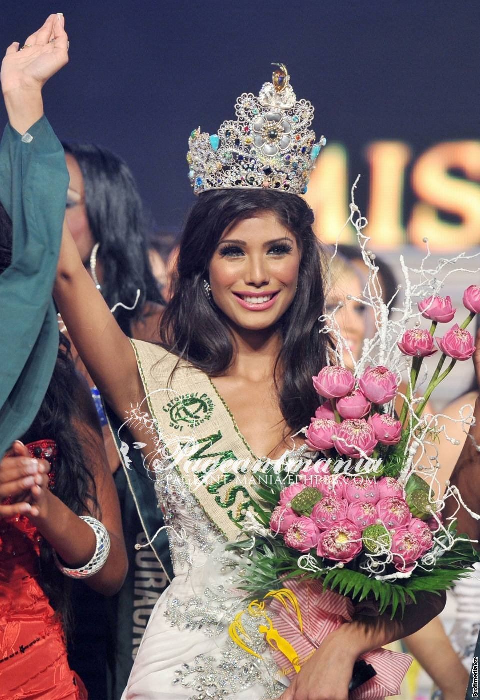 Official thread of MISS EARTH 2010 - Nicole Faria (India) Ved37911