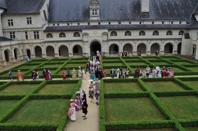 Balade en costume et visite de l'abbaye de Fontevraud 2010 Dimanc10