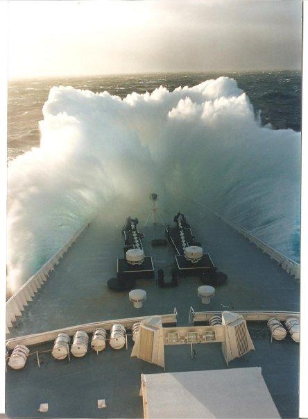 QE2 in rough seas 20235_10