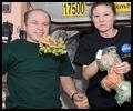 La cuisine à bord de la Station Spatiale Internationale - Page 2 Iss02341