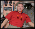 La cuisine à bord de la Station Spatiale Internationale - Page 2 Iss02345