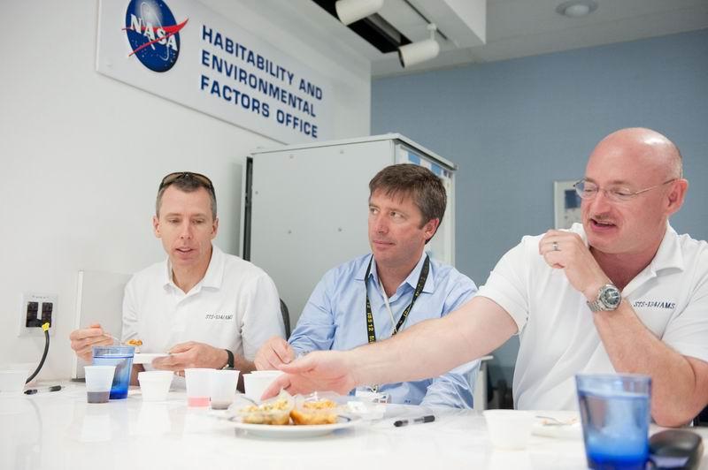 Roberto Vittori à bord de STS 134 Redim145