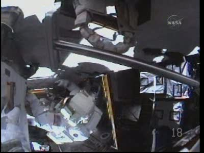 [STS-131 / ISS19A] Discovery : EVA 2 Anderson & Mastracchio - Page 2 Vlcsn557