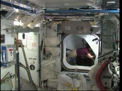 [STS-131 / ISS19A] Discovery : déroulement de la mission - Page 19 Vlcsn585