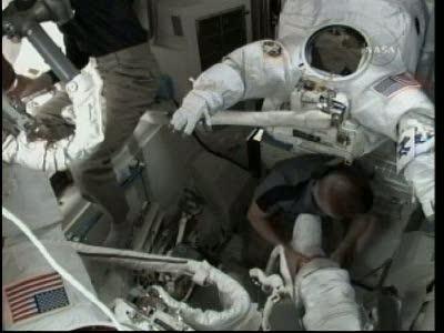 [STS-132] Atlantis : EVA 1, Reisman et Bowen. Vlcsn713