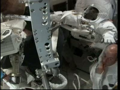 [STS-132] Atlantis : EVA 1, Reisman et Bowen. Vlcsn715