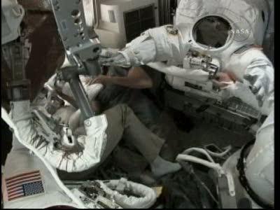 [STS-132] Atlantis : EVA 1, Reisman et Bowen. Vlcsn716