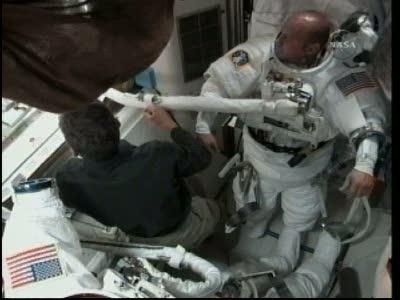 [STS-132] Atlantis : EVA 1, Reisman et Bowen. Vlcsn717