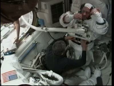 [STS-132] Atlantis : EVA 1, Reisman et Bowen. Vlcsn718