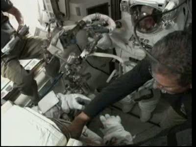[STS-132] Atlantis : EVA 1, Reisman et Bowen. Vlcsn721