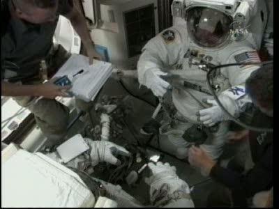 [STS-132] Atlantis : EVA 1, Reisman et Bowen. Vlcsn723