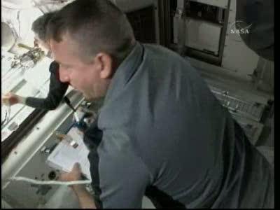 [STS-132] Atlantis : EVA 1, Reisman et Bowen. Vlcsn731