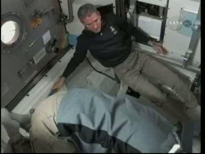 [STS-132] Atlantis : EVA 1, Reisman et Bowen. Vlcsn735