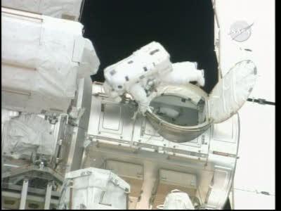 [STS-132] Atlantis : EVA 1, Reisman et Bowen. Vlcsn743
