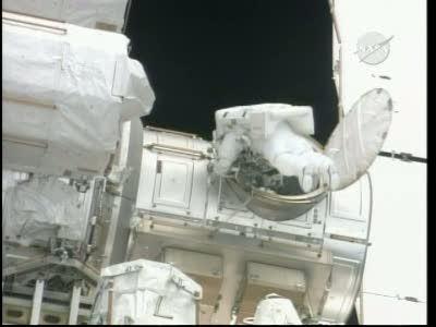 [STS-132] Atlantis : EVA 1, Reisman et Bowen. Vlcsn745
