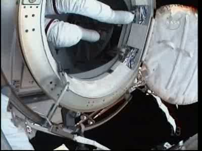 [STS-132] Atlantis : EVA 1, Reisman et Bowen. Vlcsn746