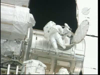 [STS-132] Atlantis : EVA 1, Reisman et Bowen. Vlcsn747