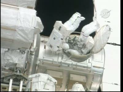 [STS-132] Atlantis : EVA 1, Reisman et Bowen. Vlcsn748