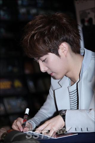 [photos] More Hyung Jun photos at Fansign Event 12.03.2011 Fs111