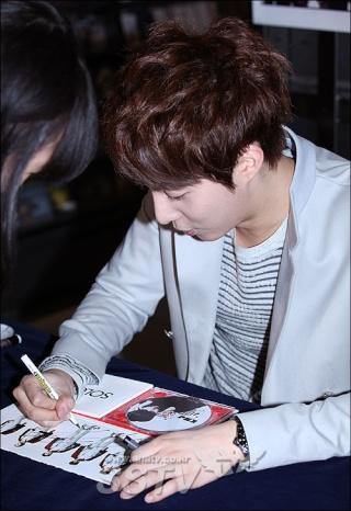 [photos] More Hyung Jun photos at Fansign Event 12.03.2011 Fs410