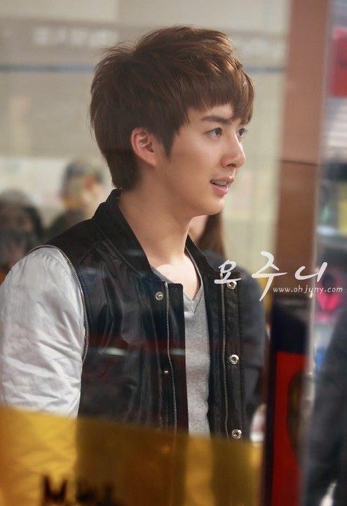[photos] Hyung Jun on Fansign Event (20.03.2011) Fs511