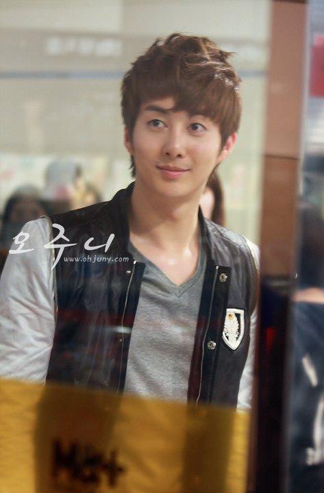[photos] Hyung Jun on Fansign Event (20.03.2011) Fs611