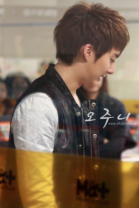 [photos] Hyung Jun on Fansign Event (20.03.2011) Fs711