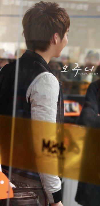 [photos] Hyung Jun on Fansign Event (20.03.2011) Fs811
