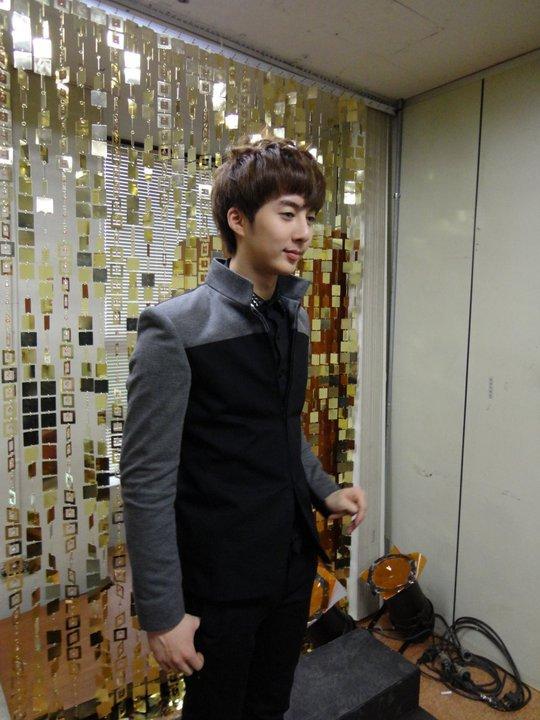 [photos] More photos Hyung Jun at KBS Music Bank backstage 11.03.2011 Mb410