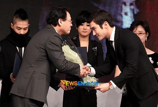 Siwon ganador de Minister Commendation for Culture and Tourism 20101112