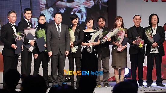 Siwon ganador de Minister Commendation for Culture and Tourism 20101116