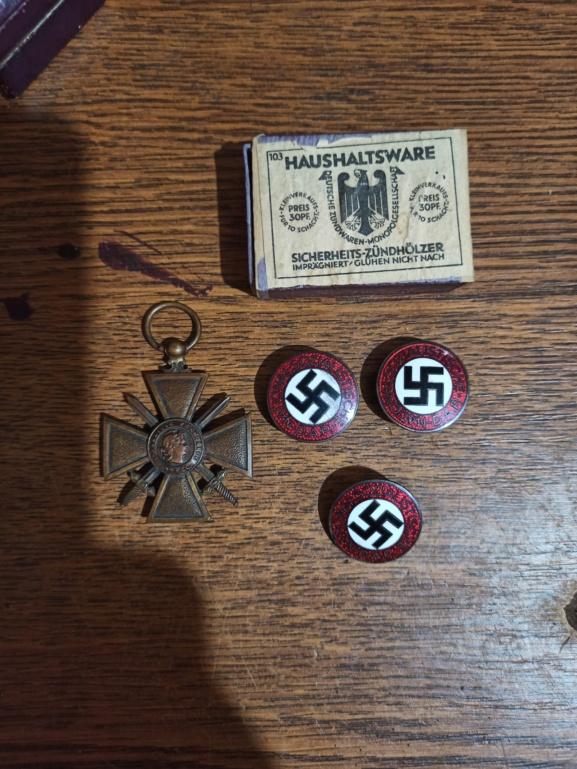 3 badges du parti Img_2177
