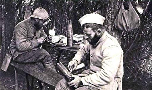 Douille d'obus sculptée par un poilu lors de la 1ère guerre mondiale Sans-t25