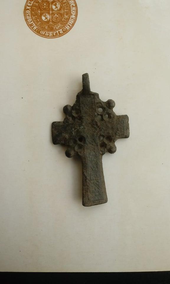 Ayuda para identificar esta cruz 10175710