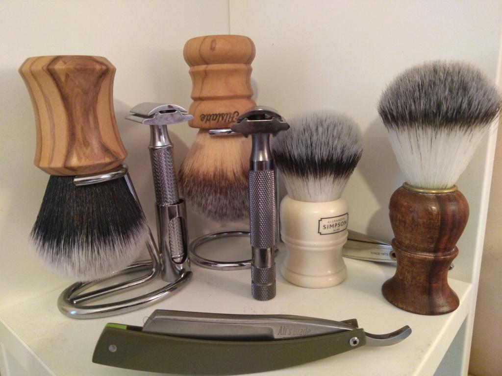 Photos de votre armoire spéciale rasage (ou de la partie réservée au rasage) - Page 30 Img_2013