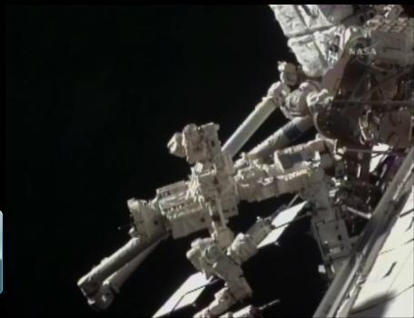 [STS-132] Atlantis : EVA 2, Steve Bowen et Mike Good. C110
