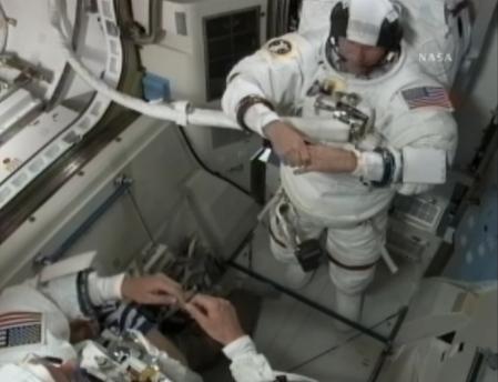 [STS-132] Atlantis : EVA 2, Steve Bowen et Mike Good. Combi10