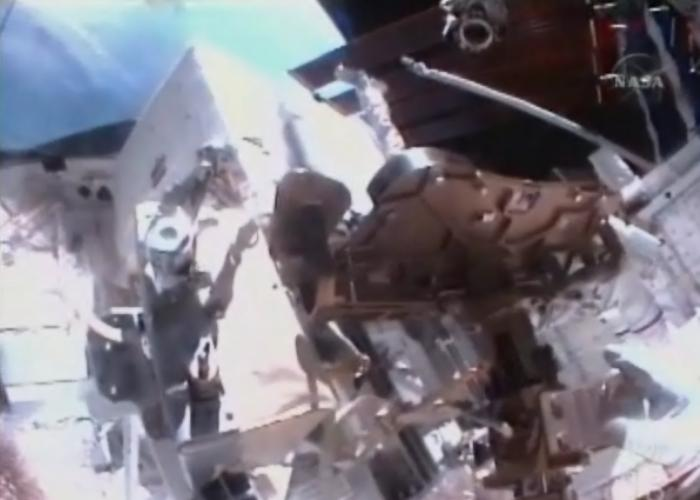 [STS-131 / ISS19A] Discovery : EVA 1 Anderson et Mastracchio Eva1810