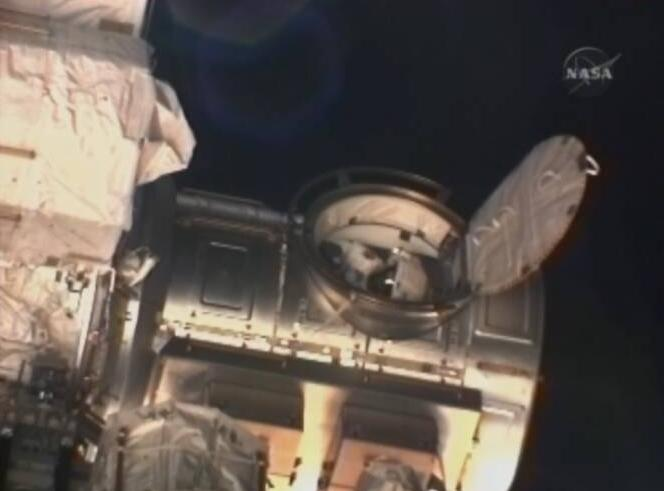 [STS-131 / ISS19A] Discovery : EVA 1 Anderson et Mastracchio Eva210