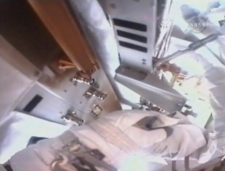 [STS-131 / ISS19A] Discovery : EVA 1 Anderson et Mastracchio Eva310