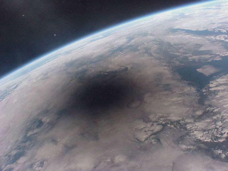 étrange et gigantesque ombre filmée depuis l'Iss Eclips10