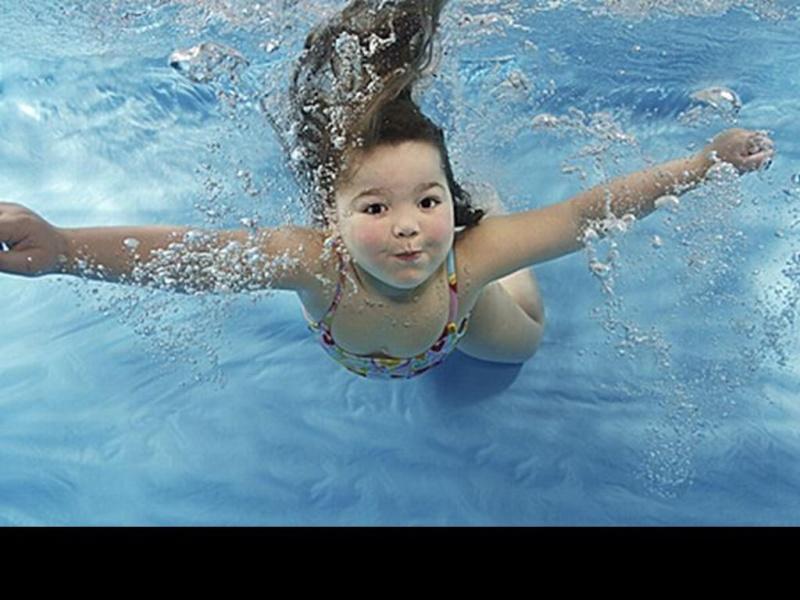 Bébé sous l'eau 2710