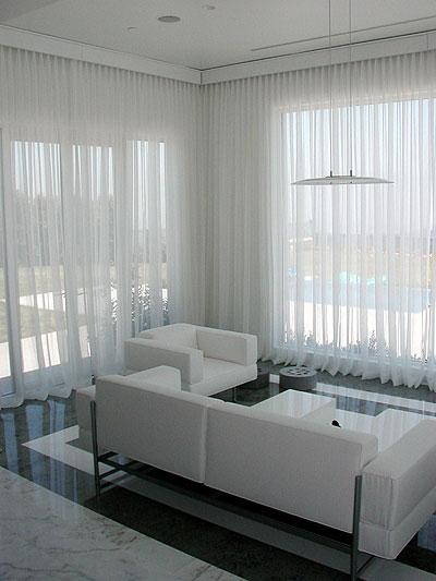 Placer des rideaux au-dessus de large fenêtre Sunrm10